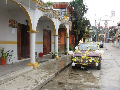 Ixhuacan yellow and white store rain